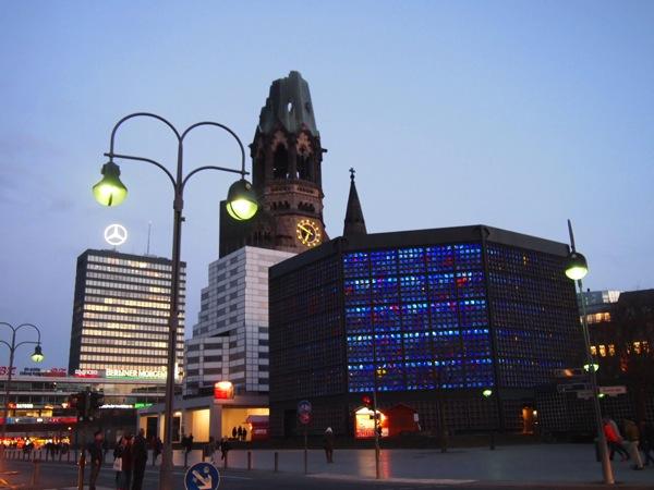 P3270338 息を飲む美しさ!青い光に包まれるベルリンの青の教会!カイザーヴィルヘルム教会が神秘的!