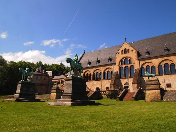 f4b15fcee12ab1b10f8c291859d2a586 ドイツの山間に広がる歴史都市ゴスラー