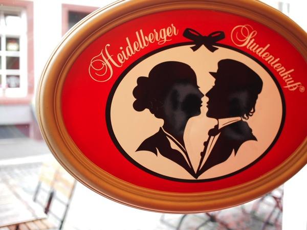 恋に効くドイツおみやげ!禁断の恋を形にしたハイデルベルクの学生のキス