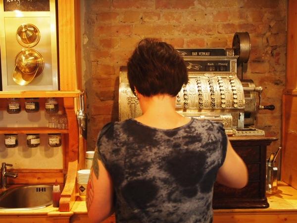 P7098261 これは映画の世界!物語に迷い込んだ気分がするベルリンのカフェ