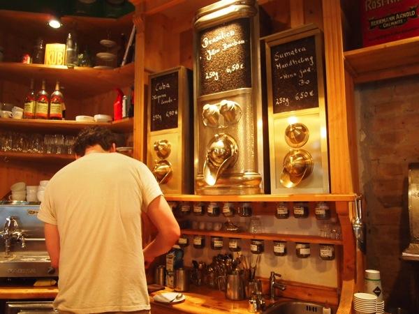 P7098263 これは映画の世界!物語に迷い込んだ気分がするベルリンのカフェ