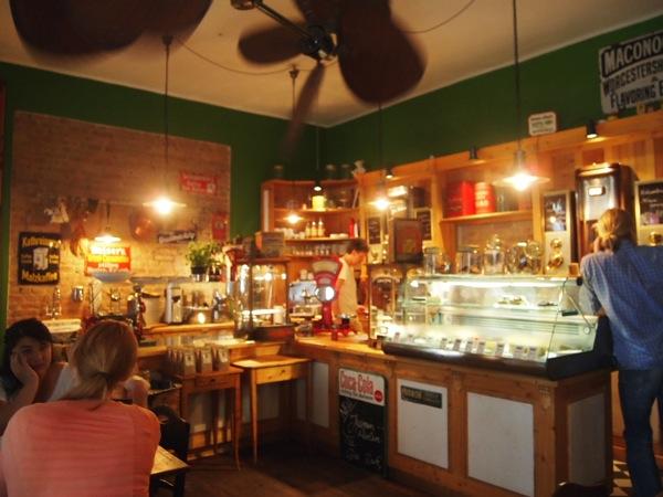 P7098271 これは映画の世界!物語に迷い込んだ気分がするベルリンのカフェ