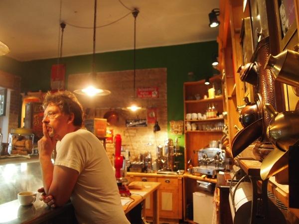 P7098277 これは映画の世界!物語に迷い込んだ気分がするベルリンのカフェ