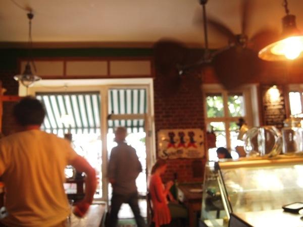 P7098278 これは映画の世界!物語に迷い込んだ気分がするベルリンのカフェ
