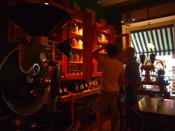 P7098279 これは映画の世界!物語に迷い込んだ気分がするベルリンのカフェ