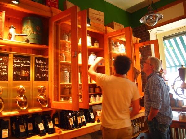 P7098280 これは映画の世界!物語に迷い込んだ気分がするベルリンのカフェ