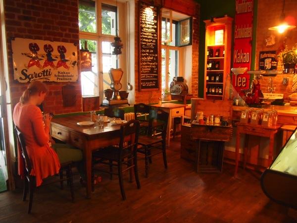 P7098281 これは映画の世界!物語に迷い込んだ気分がするベルリンのカフェ