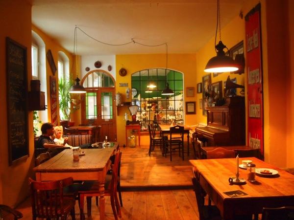 P7098286 これは映画の世界!物語に迷い込んだ気分がするベルリンのカフェ
