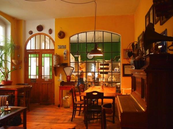 P7098292 これは映画の世界!物語に迷い込んだ気分がするベルリンのカフェ