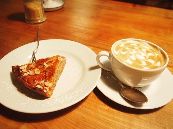P7098294 これは映画の世界!物語に迷い込んだ気分がするベルリンのカフェ