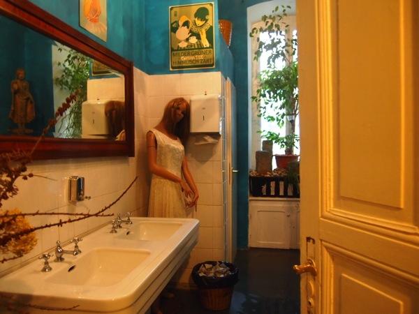 P7098348 心臓が止まるかと思った。怖すぎるベルリンのカフェ!トイレの扉を開くと……