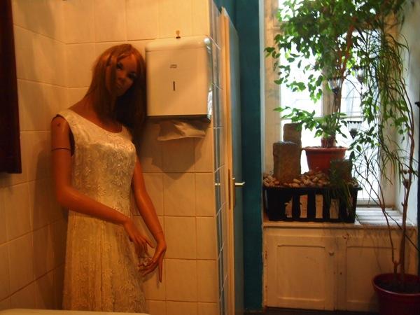 P7098349 心臓が止まるかと思った。怖すぎるベルリンのカフェ!トイレの扉を開くと……