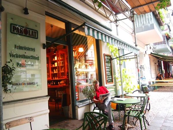 P7098351 これは映画の世界!物語に迷い込んだ気分がするベルリンのカフェ