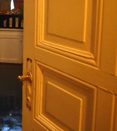 door 心臓が止まるかと思った。怖すぎるベルリンのカフェ!トイレの扉を開くと……