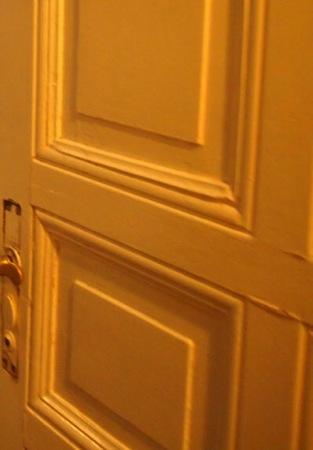 door1 心臓が止まるかと思った。怖すぎるベルリンのカフェ!トイレの扉を開くと……