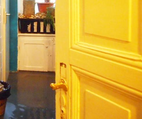 door2 490x409 心臓が止まるかと思った。怖すぎるベルリンのカフェ!トイレの扉を開くと……