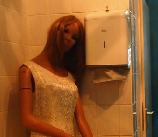 women 心臓が止まるかと思った。怖すぎるベルリンのカフェ!トイレの扉を開くと……