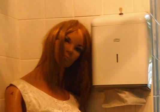 women1 心臓が止まるかと思った。怖すぎるベルリンのカフェ!トイレの扉を開くと……