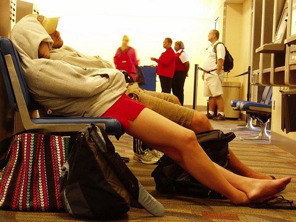 sleep Tim Ellis 羽田に前乗り…もっとも快適に過ごす方法を発見!もうソファーでは寝ない!