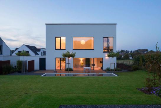 GartenseiteHaus 546x367 斬新デザインで世界が震撼!世界遺産バウハウスとは?ドイツの美しい部屋と家8選も合わせてどうぞ