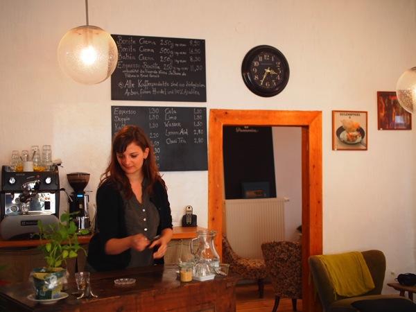 P8142329 ドイツ・ハイデルベルクの素敵でおしゃれなカフェは路地にある?