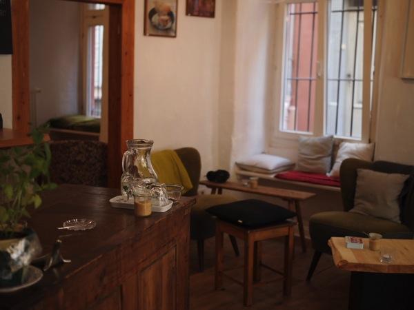 P8142332 ドイツ・ハイデルベルクの素敵でおしゃれなカフェは路地にある?