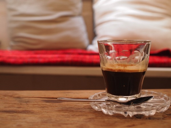 P8142340 ドイツ・ハイデルベルクの素敵でおしゃれなカフェは路地にある?