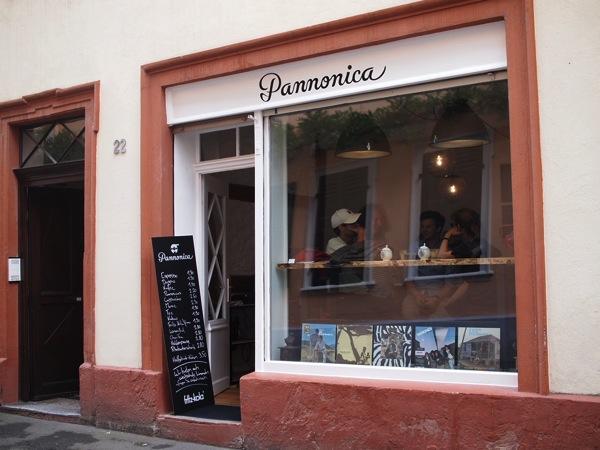P8142365 ドイツ・ハイデルベルクの素敵でおしゃれなカフェは路地にある?