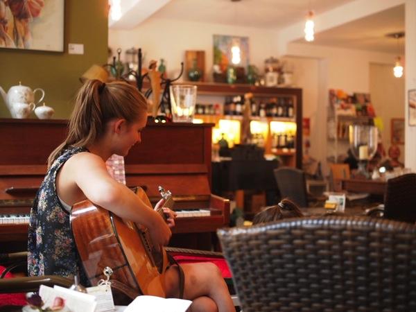 P8152751 賑やかすぎるドイツのカフェ!ハイデルベルクでギター美女が即興ライブ!