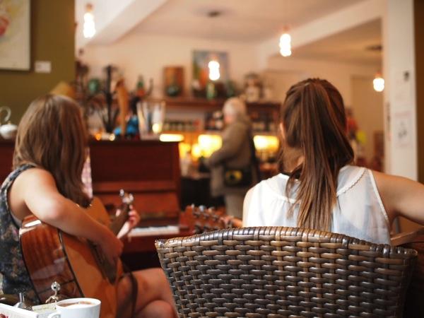 P8152753 賑やかすぎるドイツのカフェ!ハイデルベルクでギター美女が即興ライブ!