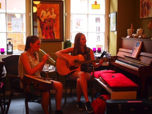 P8152755 賑やかすぎるドイツのカフェ!ハイデルベルクでギター美女が即興ライブ!