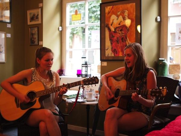 P8152765 賑やかすぎるドイツのカフェ!ハイデルベルクでギター美女が即興ライブ!