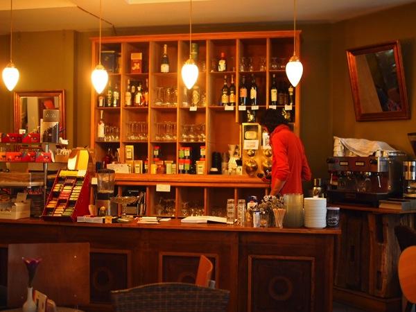 P81527731 賑やかすぎるドイツのカフェ!ハイデルベルクでギター美女が即興ライブ!