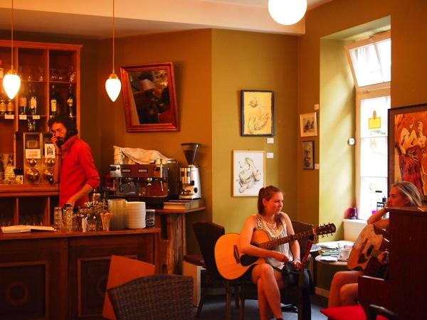 P81527751 賑やかすぎるドイツのカフェ!ハイデルベルクでギター美女が即興ライブ!