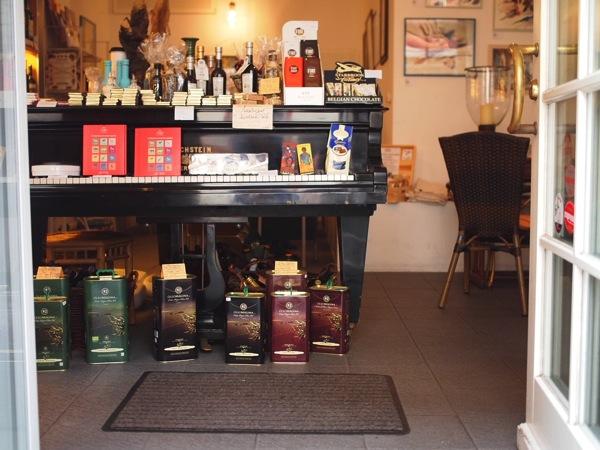 P8152785 賑やかすぎるドイツのカフェ!ハイデルベルクでギター美女が即興ライブ!