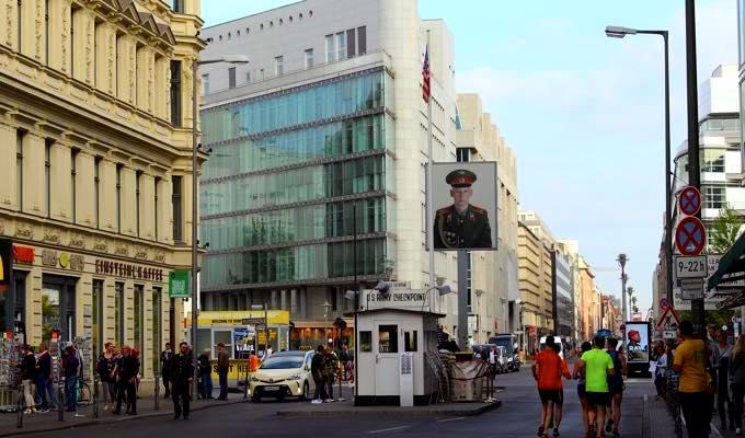 berlin Charlie CheckPoint ドイツを舞台に芸術アートで活躍!ベルリン個展開催までに行ったことは?