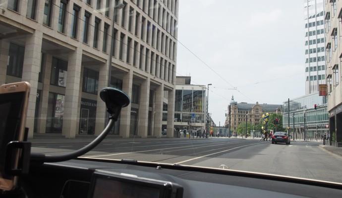 Mytaxi inside2 690x400 Uber使えない!ドイツで簡単にタクシーを呼べるアプリ『Mytaxi』を使ってみた!